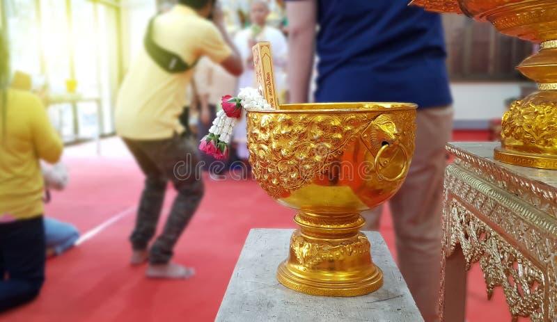 Thaise waterkom op vage achtergrond, Thaise Ordeningsceremonie, Thaise Cultuur voor de Elke Mens die een Nieuwe Monnik of een Pri stock foto's