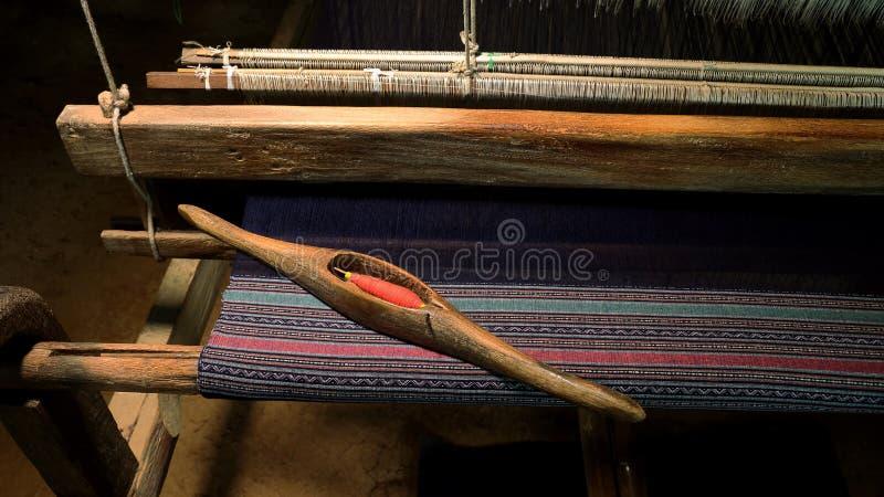 Thaise Zijde Wevend Garen op een Weefgetouw stock fotografie