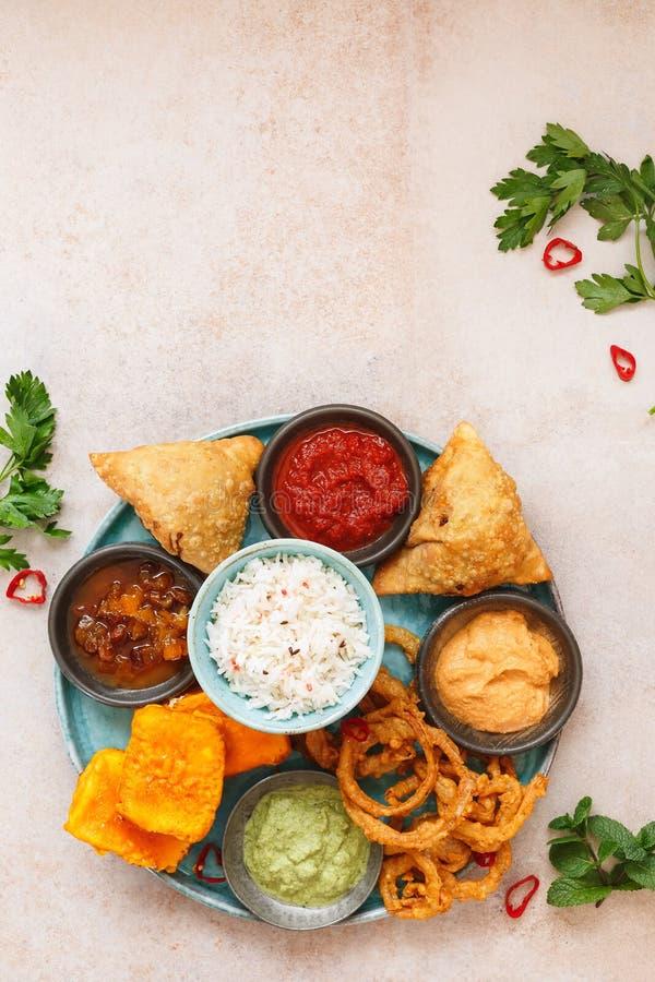 Thali, выбор закусок и погружений стоковые фото