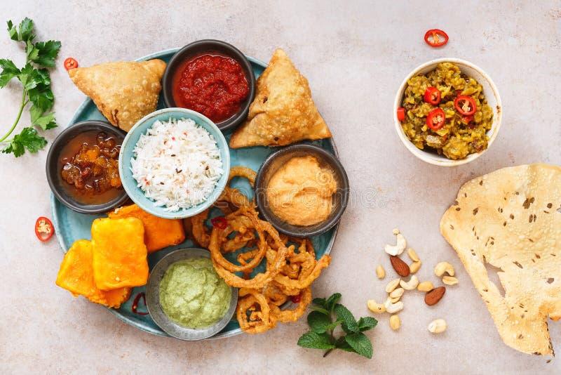Thali e poppadom indianos do vegetariano imagens de stock royalty free