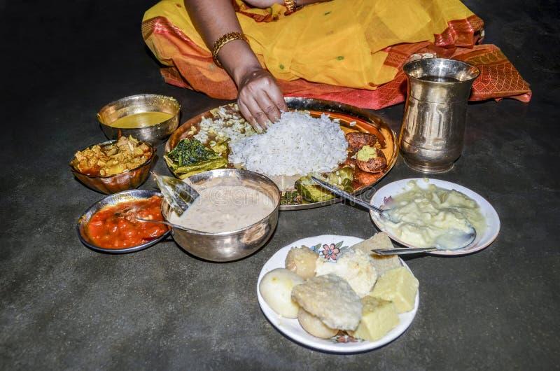 Thali vegetariano di cibo indiano della donna dalla sua mano fotografia stock