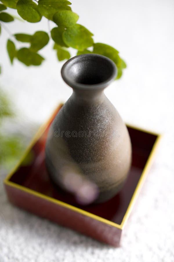 Thalictrum rochebrunianum und Grundflasche lizenzfreie stockfotos