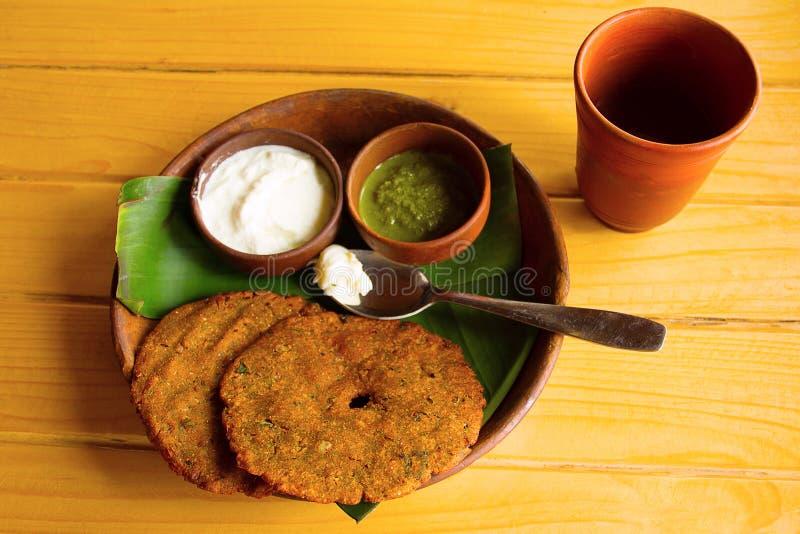 thalipith普遍的Maharashtrian美味薄煎饼顶视图用凝乳和pudina酸辣调味品 库存照片