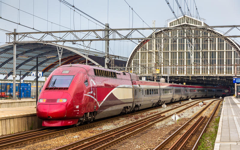 Thalys szybkościowy pociąg przy Amsterdam Centraal stacją kolejową obrazy stock