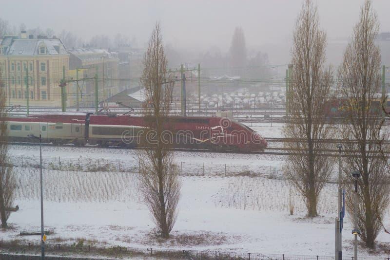 Thalys wysokiej prędkości intercity taborowa jazda przez Amsterdam w śnieżnym widoku z góry obraz stock