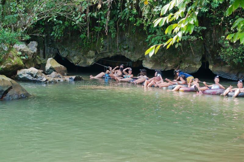 Tham Nam (caverne de l'eau). Vang Vieng. Les Laotiens. image libre de droits
