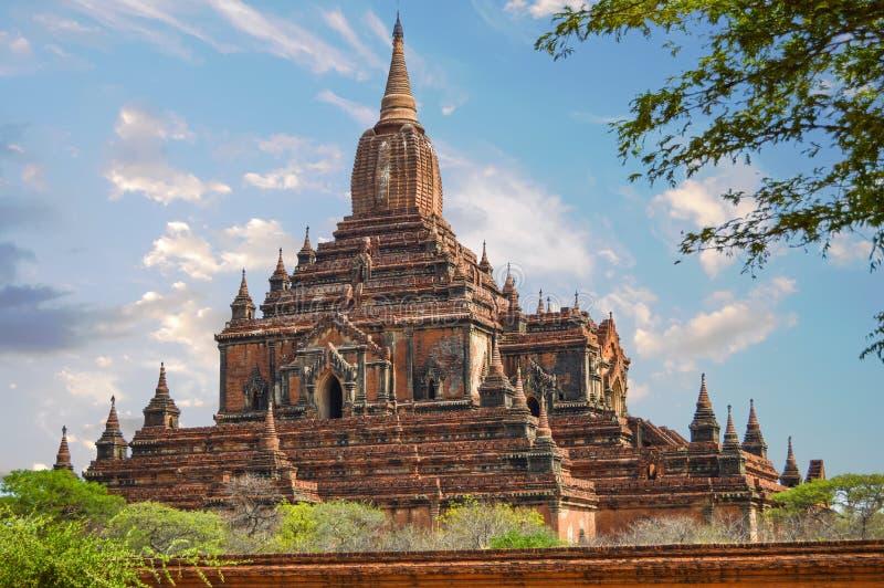 Thambulatempel op een Voetstuk in Bagan wordt voortgebouwd die stock foto's