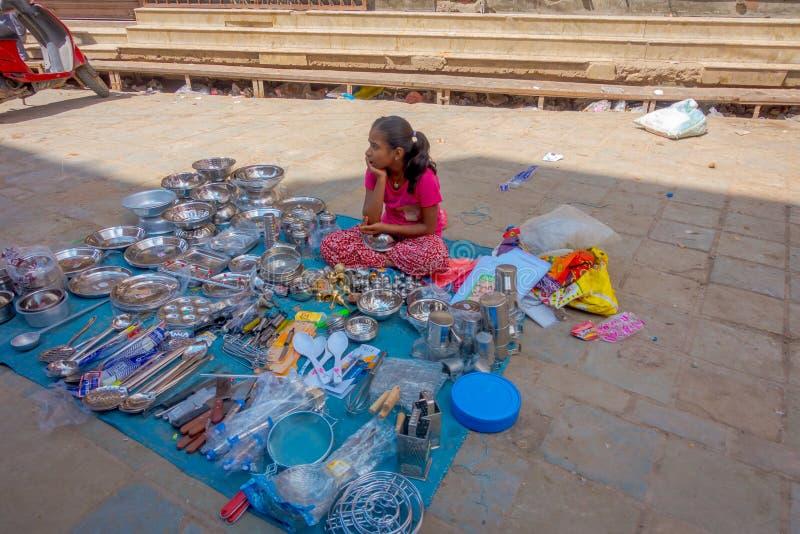 THAMEL KATHMANDU NEPAL, PAŹDZIERNIK 10, -, 2017: Kuchenny naczynie sprzedaje w jawnym ulicznym rynku w Thamel, Kathmandu fotografia stock