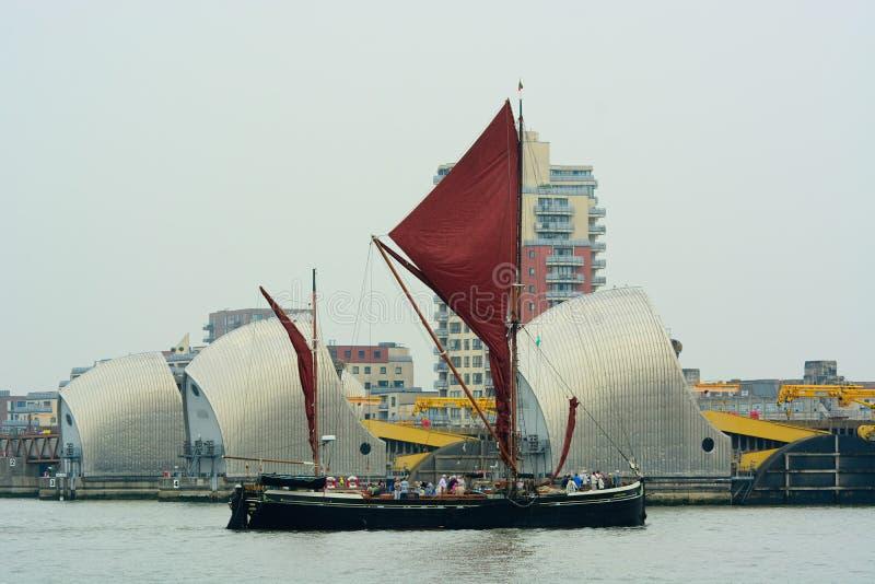 Thames żeglowania barki omijanie przez Thames Barrie zdjęcie stock