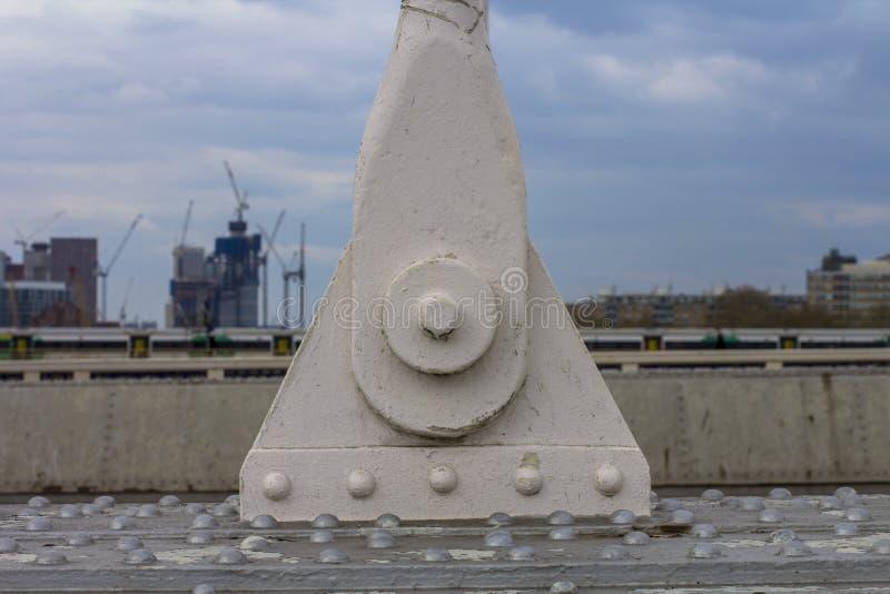 Thames mostu doczepianie Na zamazanej tło urbanizacji Londyński miasto Budowa i przemys? obraz royalty free