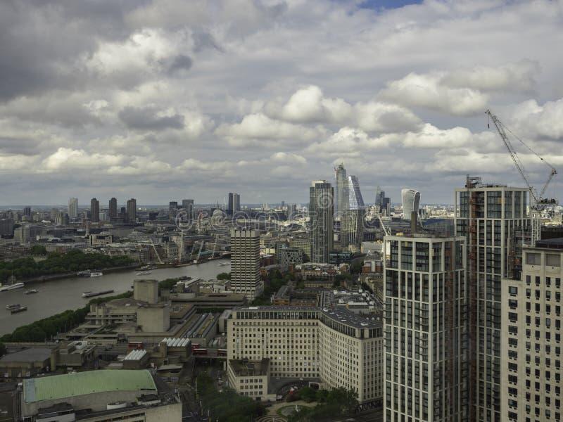 Thames som går genom London royaltyfria foton