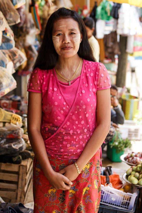 Thanaka绘了在缅甸夫人,缅甸(缅甸)的面孔 免版税库存照片