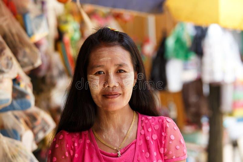 Thanaka绘了在缅甸夫人,缅甸(缅甸)的面孔 库存图片