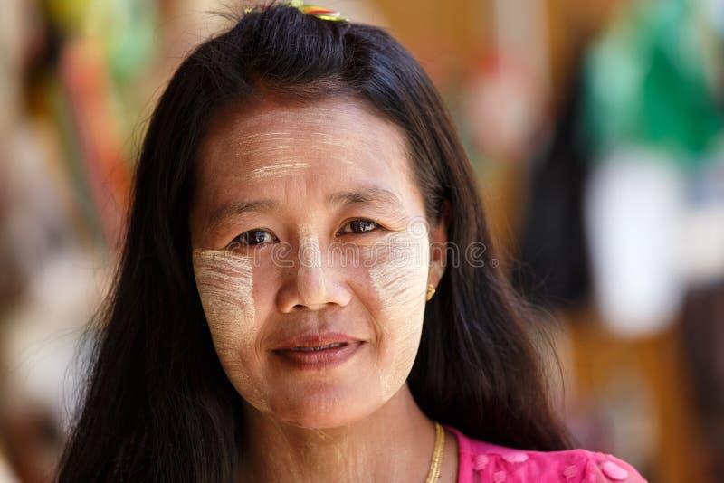 Thanaka绘了在缅甸夫人,缅甸(缅甸)的面孔 库存照片