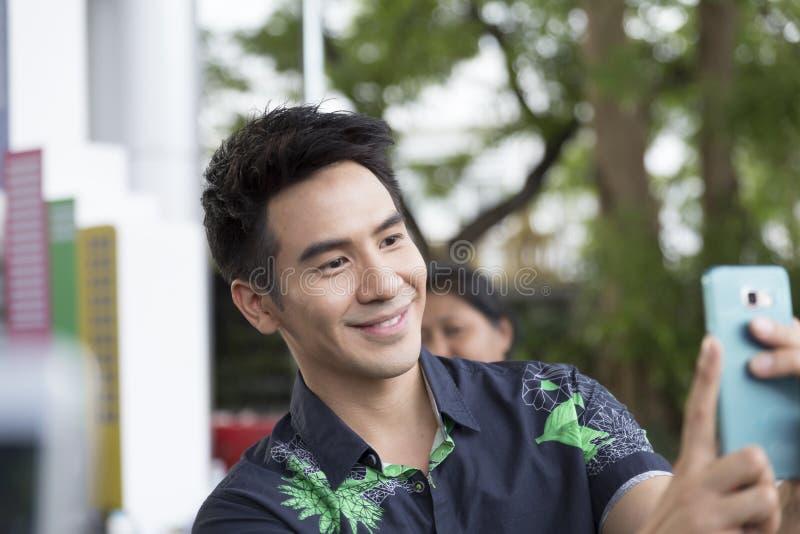 Thanawat Wattanaputi o papa, actor tailandés famoso, tomando los wi de la foto fotos de archivo