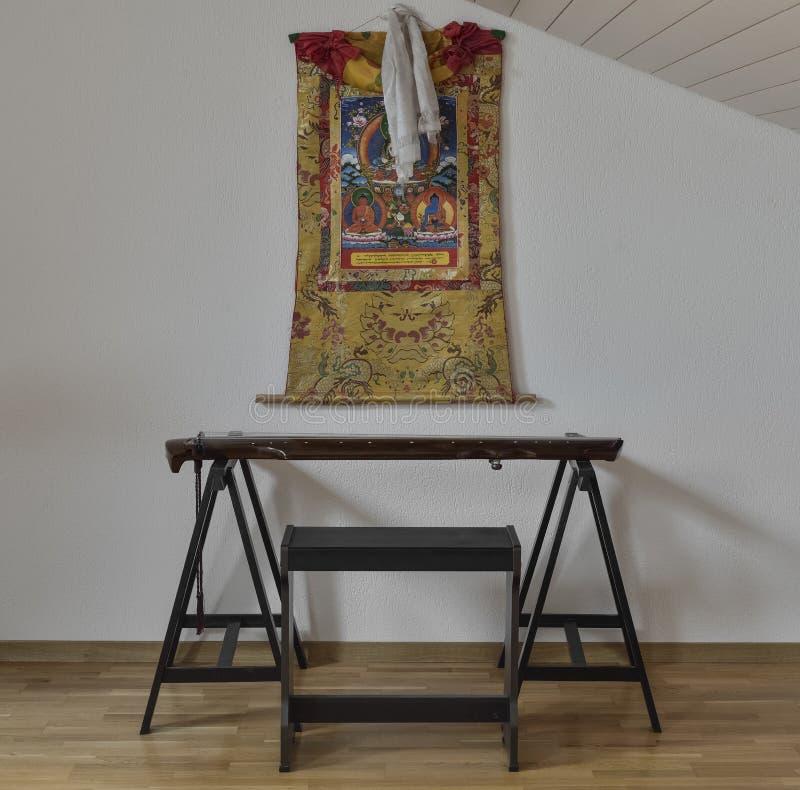 Thangka chino del instrumento y del tibetano de Guqin en la pared fotos de archivo libres de regalías