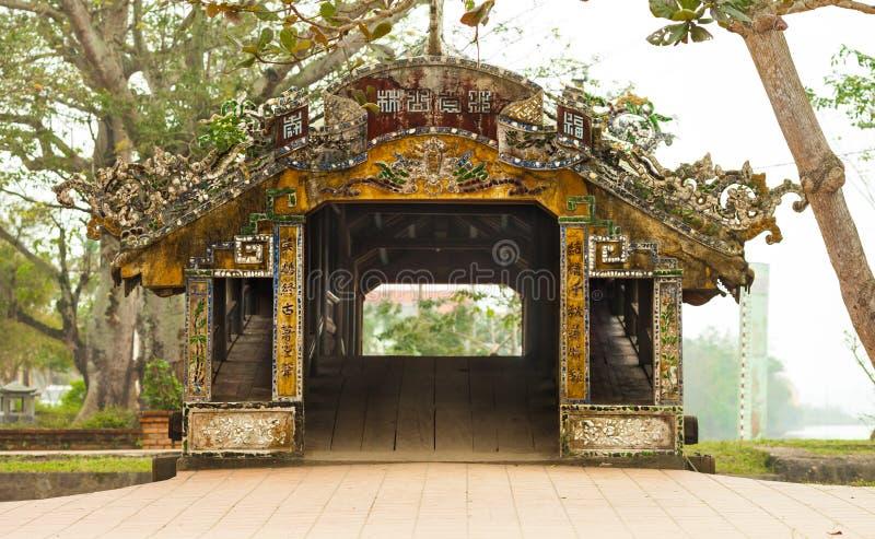 Thanh Toan瓦片顶房顶了桥梁,颜色,越南 免版税图库摄影