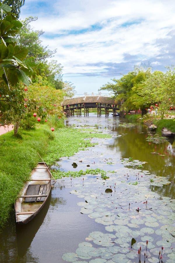 Thanh Toan most antyczny most na rzecznym pachnidle blisko odcienia miasta, Wietnam zdjęcie royalty free