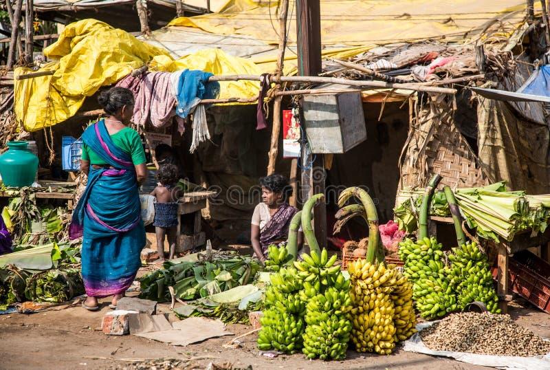 THANJAVUR-FEBRUARY 14: Säljare av bananer arkivfoton