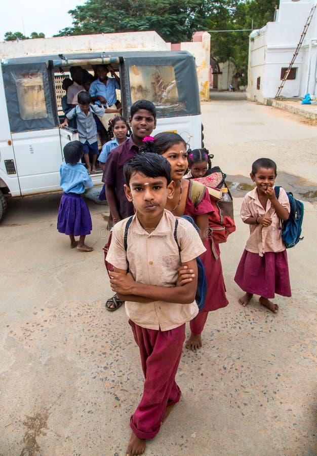 THANJAVUR, INDIA - 14 FEBBRAIO: Gli scolari scendono il bus immagine stock