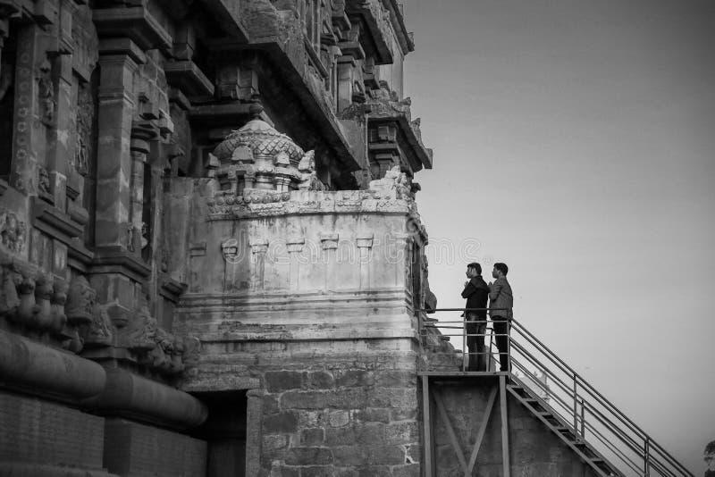 Thanjavur, India - 23 febbraio 2017: 2 uomini indiani che pregano al Br fotografie stock libere da diritti