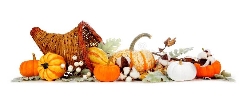 Thanksgiving cornucopia gevuld met herfstgroenten, pompoenen en herfstdecor geïsoleerd op wit stock afbeeldingen