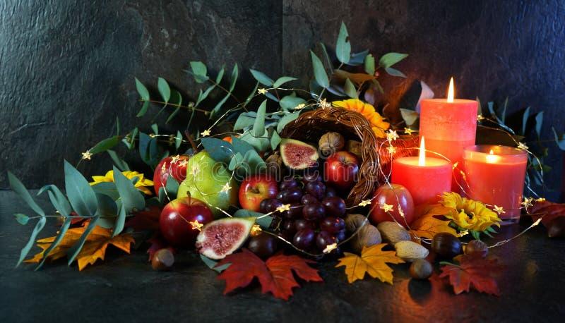 Thanksgiving cornucopia tafel setting Centraal stuk close-up royalty-vrije stock foto's