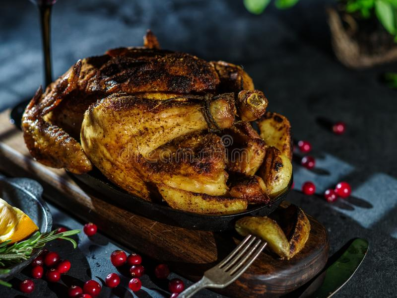 Roasted whole chicken or turkey with vegetables and fruits: ora royalty free stock photos