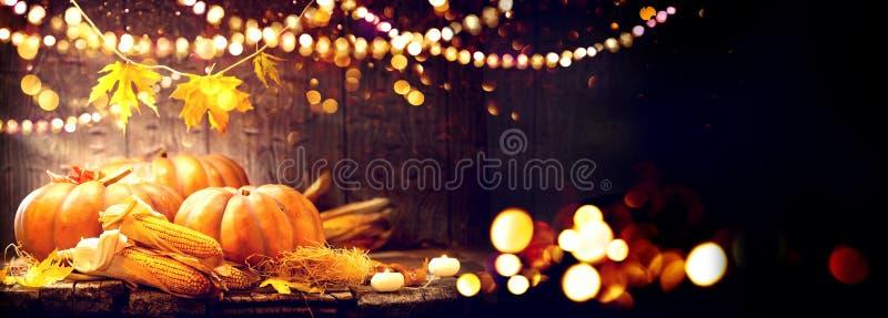 Thanksgiving dayachtergrond Houten lijst met pompoenen en maïskolven stock afbeelding