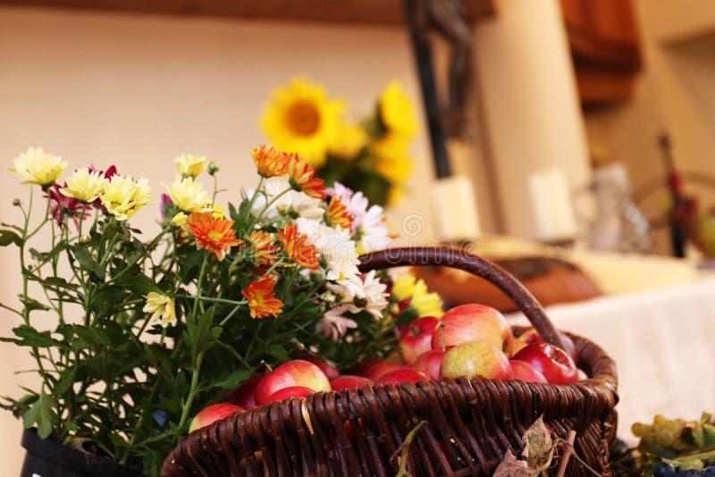 Thanksgiving : Fruits et fleurs devant un autel photographie stock