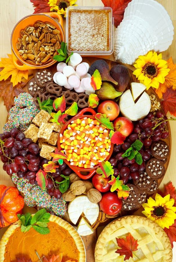 Thanksgiving-Käse und Dessertweide-Plättchenbrett stockfoto