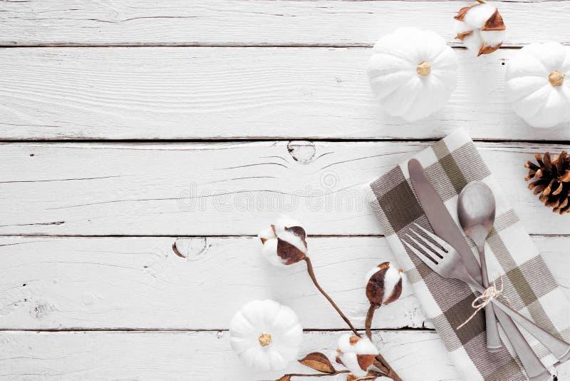Thanksgiving ou automne moisson diner concept, vue ci-dessus sur fond de bois blanc photos libres de droits