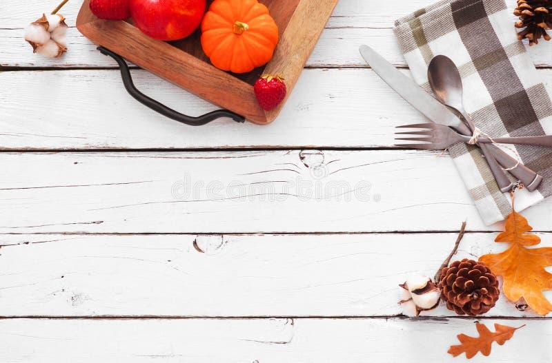 Thanksgiving ou automne moisson diner concept, vue d'en haut sur fond de bois blanc images libres de droits