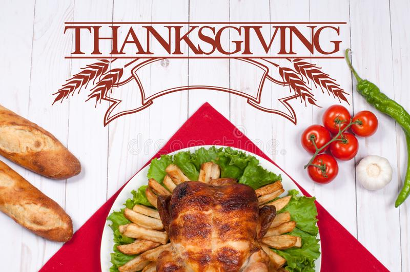 thanksgiving Peru inteiro roasted caseiro na tabela de madeira Ajuste tradicional do jantar da celebração da ação de graças imagem de stock