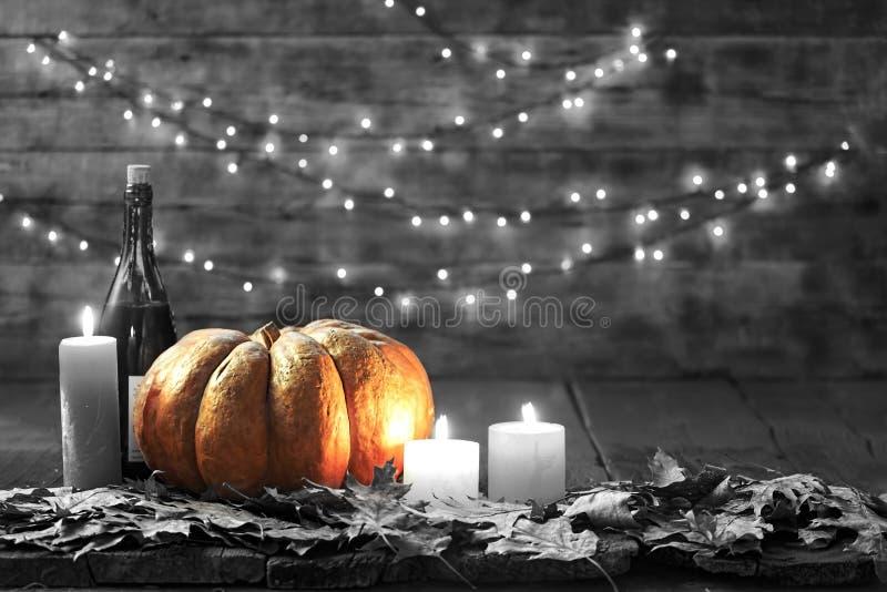 Thanksgiving, potiron, jour de thanksgiving, festival de Halloween, festival d'automne, vin, bougies, feuilles d'automne, guirlan photos stock
