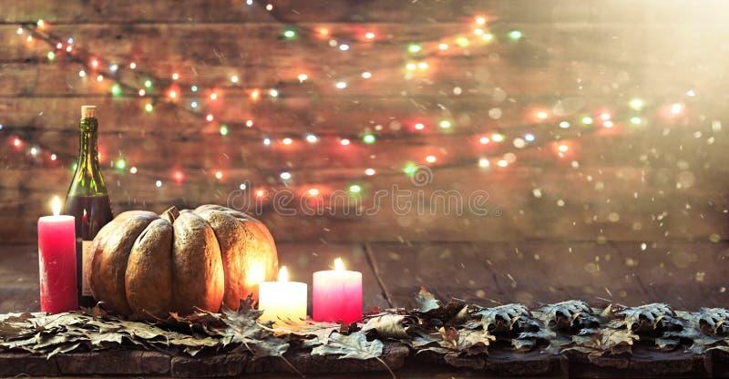Thanksgiving, potiron, jour de thanksgiving, festival de Halloween, festival d'automne, vin, bougies, feuilles d'automne, guirlan photo libre de droits