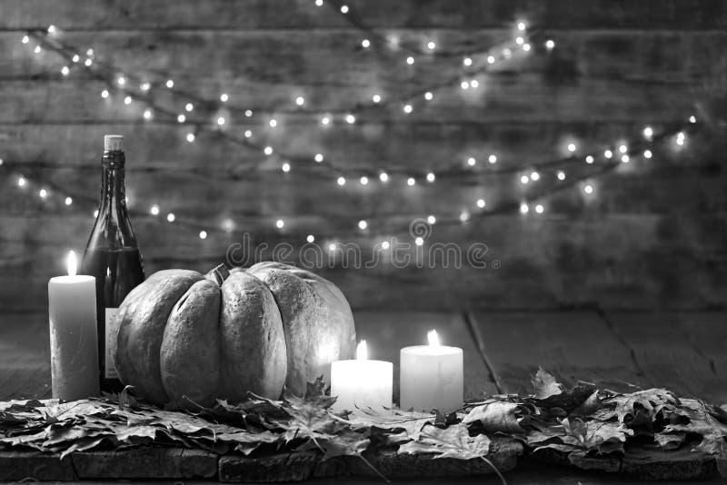 Thanksgiving, potiron, jour de thanksgiving, festival de Halloween, festival d'automne, vin, bougies, feuilles d'automne, guirlan photos libres de droits
