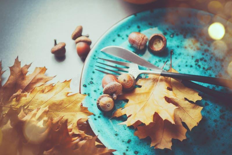 thanksgiving Tabela de jantar do feriado servida, decorado com folhas de outono imagem de stock