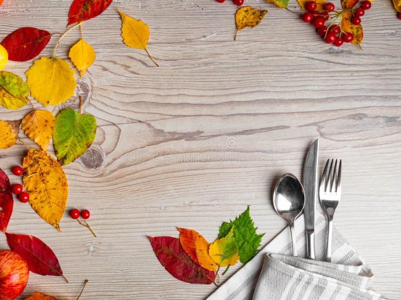 Thanksgiving table setting/cutery op de najaarsachtergrond met de bladeren van de herfst, de achtergrond van vakanties royalty-vrije stock foto