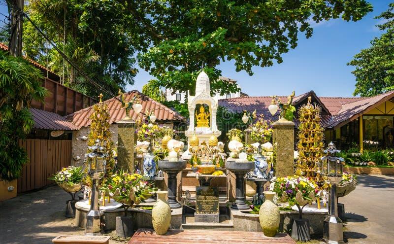 Thao Maha Phrom Shrine nella località di soggiorno fotografie stock