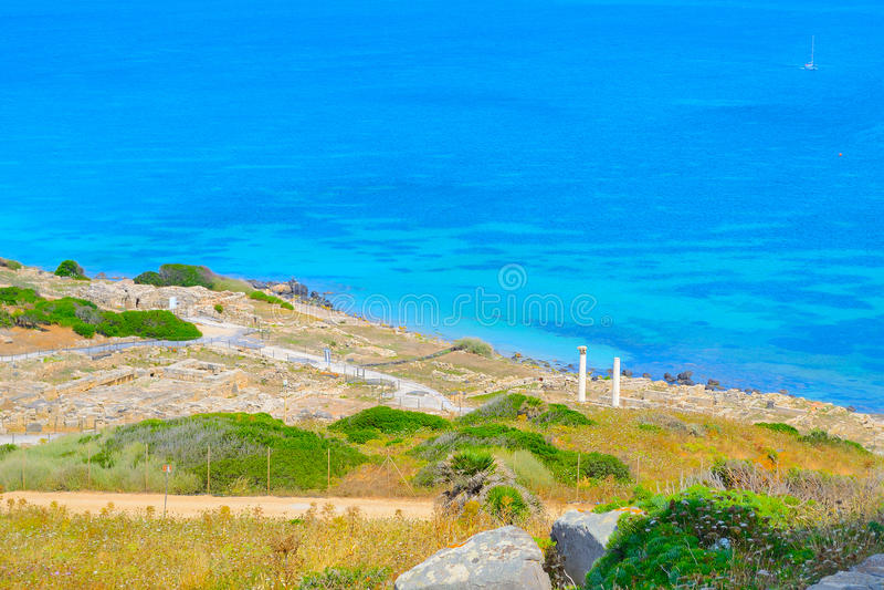 Tharros海岸线在一个晴天 库存图片