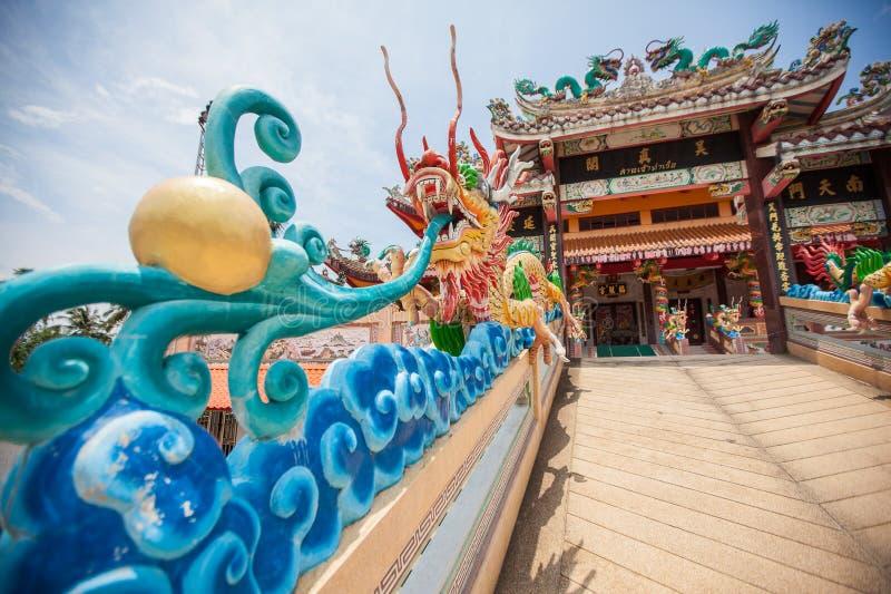 Tharuaheiligdom Phuket met draakstandbeeld stock foto