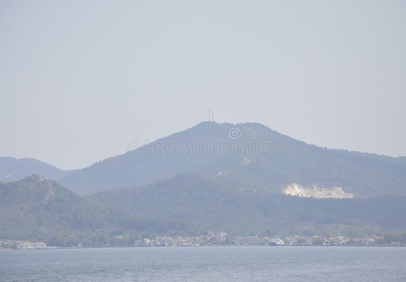 Thassos, o 16 de agosto: Paisagem enevoada da ilha de Thassos em Grécia foto de stock