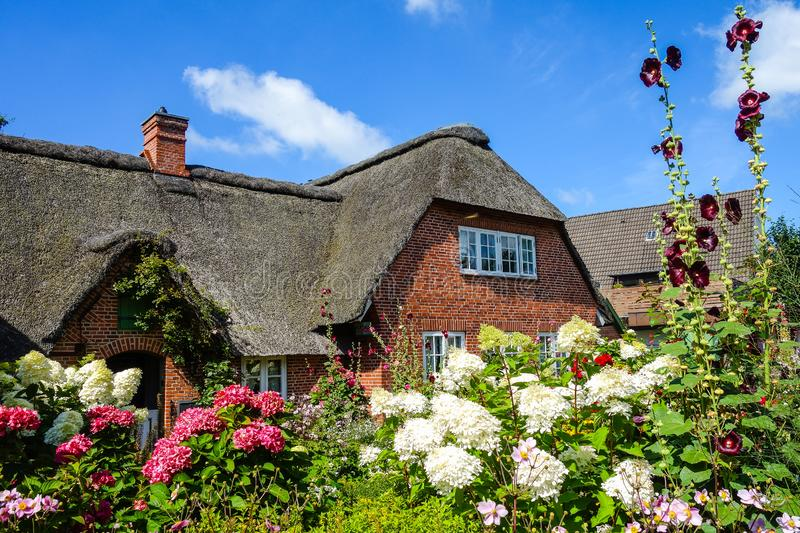 Thatched cottage at the North Sea Germany stock afbeeldingen