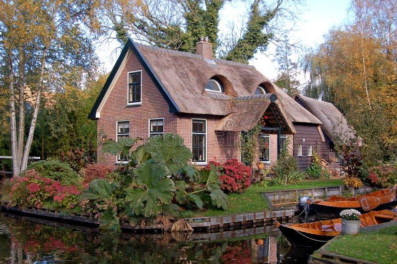 Thatched Haus und Boote   stockbild