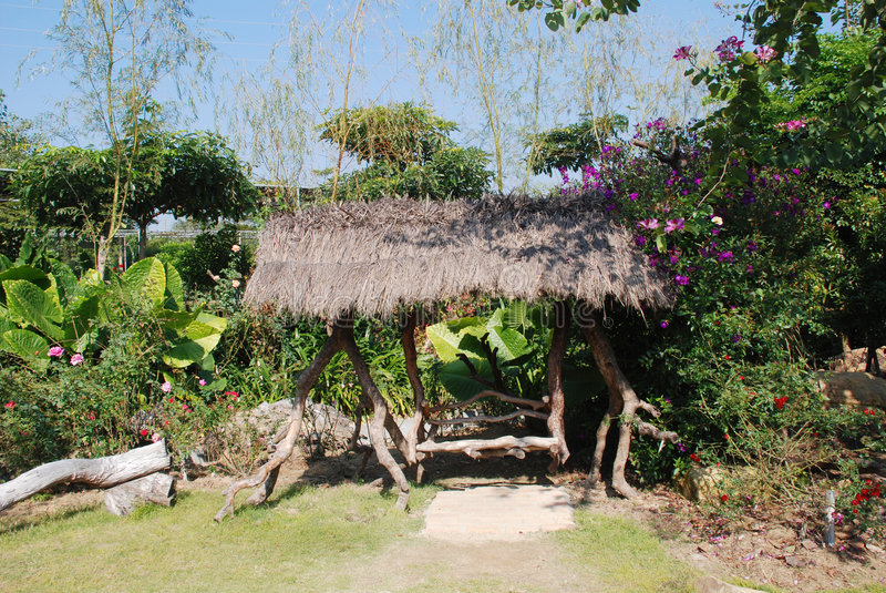 Thatched Pavillion im Garten lizenzfreies stockbild