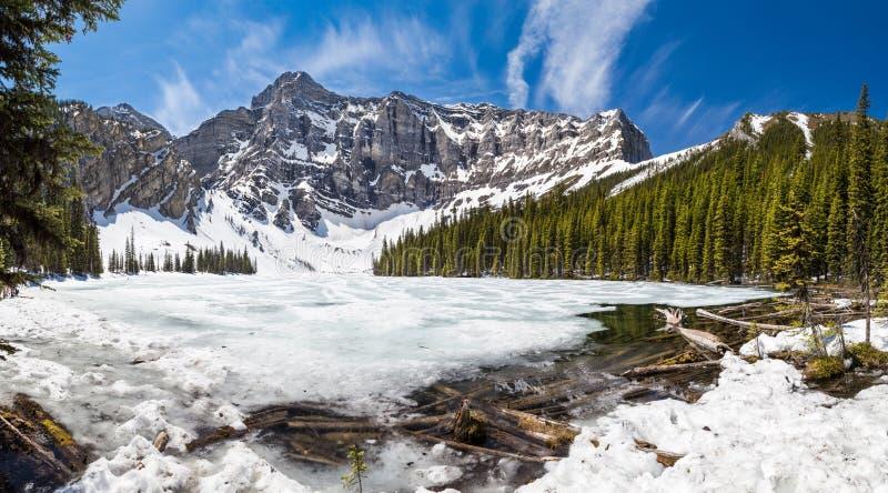 Thaw άνοιξη στη λίμνη Rawson - Kananaskis, Αλμπέρτα, Καναδάς - δύσκολα βουνά στοκ φωτογραφίες