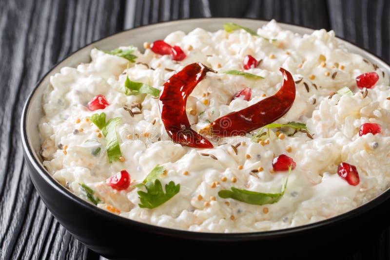 Thayir Saadam Curd Rice Recipe var ångade ris och vanlig ostmassa eller med extra blanda av kryddacloseupen i en platta arkivfoton