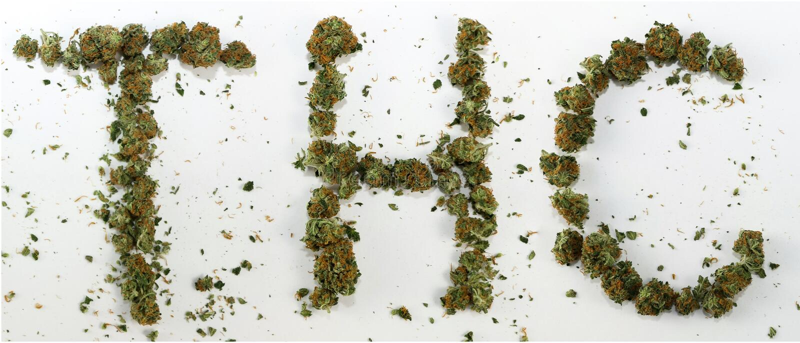 THC buchstabiert mit Marihuana lizenzfreie stockfotos