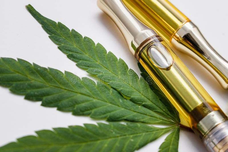 THC: Olja Vape för CBD Cannabinoid skriver upp nära med marijuanabladet royaltyfri bild
